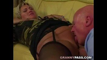 Зрелые женщины в чулках занимаются сексом