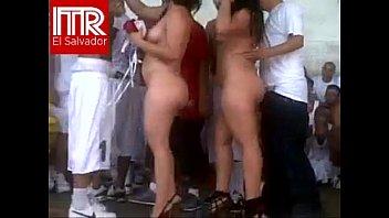 Mulheres nuas na festa pornô na cadeia de El Salvador