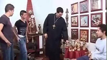 Padre dá DURO em coroinhas / Priest fucks altar boys