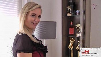 Мать показывает свою киску сынку секс