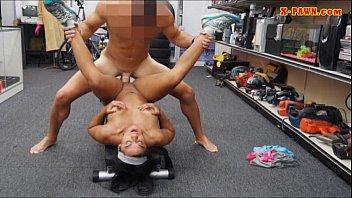 Treinador de ginásio peões sua buceta e fodido com peão tesão