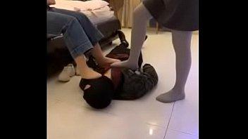 Jovenes chinas humillando a esclavo fetichista