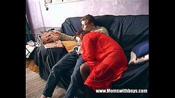Зрелая сучка Макайла Кокс переспала с другом сына