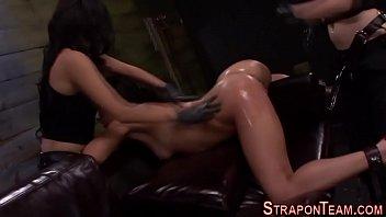 Секс втроём в бане