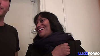Vanessa, se fait défoncer par tous les trous avec le sourire Thumb