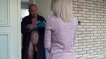 Starejši moški pričaka sosedo brez hlač