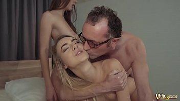 Tatal Vitreg Isi Fute Fiica Cea Mare Pe La Spate In Cur Orgii Sexuale Cu Babe Grase