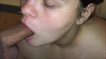 Adolescente spesso conati di vomito e soffocamento su un enorme cazzo di grasso mentre lei gole profonde e un enorme bagno di sperma