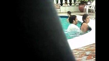 Esposa novinha putinha safadinha trepando na piscina