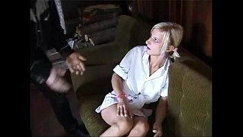 Una giovane bionda viene violentemente violentata da due uomini
