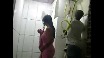 REAL – Esposa safada toma banho na frente dos pedreiros enquanto marido trabalha