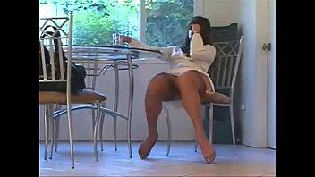 Женщина соблазняет ножками в чулках