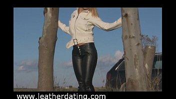 Смотреть порно с блондинкой в кожанных штанах