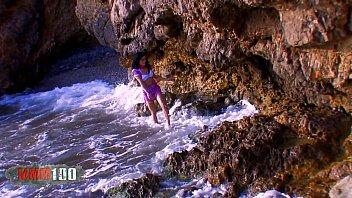 Penelope Tiger se paye une bite espagnole dans son cul &agrave_ la plage