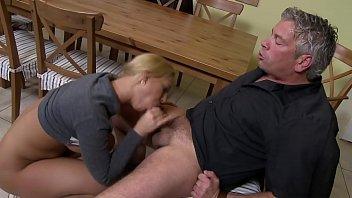 Die Freundin vom Sohn fickt auf dem Küchentisch - HD