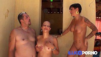 Carla tr&egrave_s chaude devant son mari &agrave_ la piscine ! French Illico Porno
