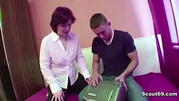 Зрелая мамочка ебется с другом своего сына порно видео
