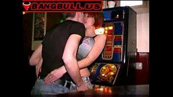 Рыжая официантка в баре трахается с барменом