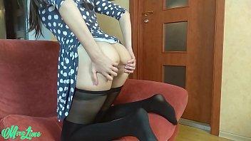 Masturbazione femminile solista in abito e collant