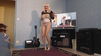 milf blonde a grosses mamelles qui ballottent