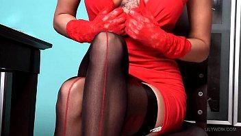 Сексуальная блондинка в черных капроновых чулках