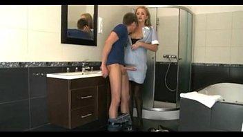 Mlad suh fant pofuka čistilko v samostoječih nogavicah