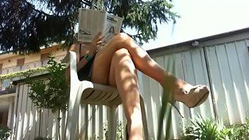 In giardino la tua mamma si rilassa facendoti vedere i suoi piedi perfetti