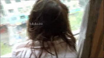 人妻少妇被我按在窗台上操,后入她的小骚逼!嘴里叫着老公还想要!
