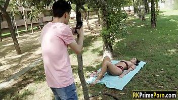 Парень в парке дрочит на девочек