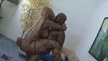 Tudo em foda preta para uma mulher gordinha varios homens chupando uma buceta