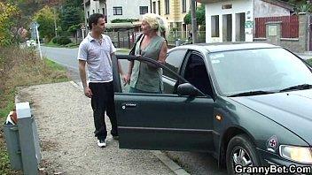 Bella nonna scopa con un giovane ragazzo - porno giapponese