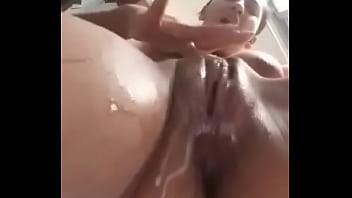 masturbandose en el ba&ntilde_o