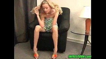 Красивая блондинка мастурбирует фото