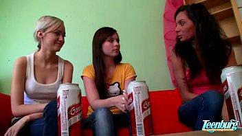 Mi hermanastra lesbiana y dos amigas relajantes -
