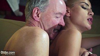 Mlada dominantna punca pofuka starejšega moškega
