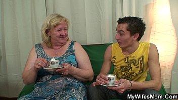 Смотреть онлайн без смс первый раз сынуля маму в зад порно