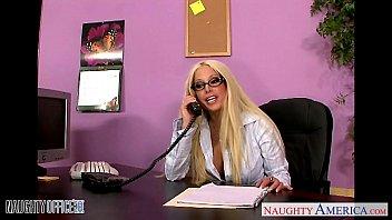 Блондинка в чулках делает минет в очках