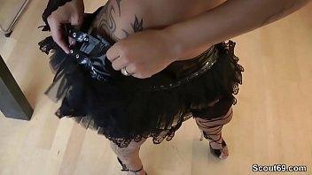 Postavna tetovirana punca izprazni kurca