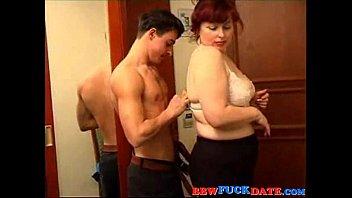 Худой паренек трахает толстую женщину