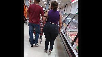 Coroa rabuda de calsa jeans justinha no mercado - milf tight jeans