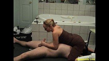 sex cu o blonda care suge pula iubitului la baie