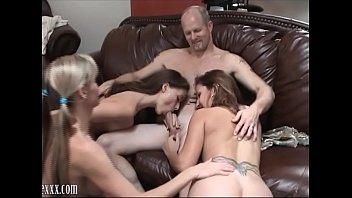 Три порно звезды делают минет парню