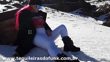 Débora Fantine se masturbando na Neve