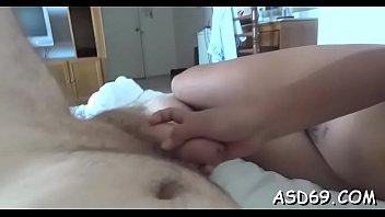 La giovane ragazza asiatica graziosa fa una bella sega e un passaggio