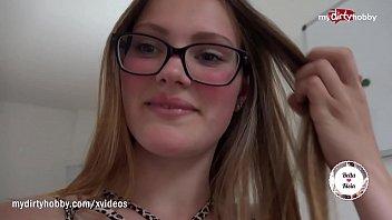 Mlada privlačna punca z očalji pokliče svjega prijatelja z bonitetami