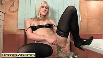 Кудрявая блондиночка ласкает пизду своей подруги языком и дилдо
