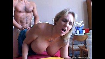 Milfica in njen jebač fukata v spalnici