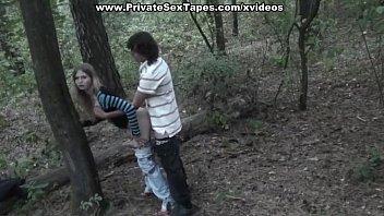 تجسس فيلم الجنس الهواة من عشاق سخيف في الغابة