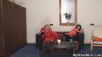 Русский сын подглядывает за мамой
