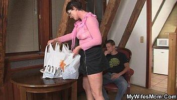 Сын трахает мамочку смотреть видио